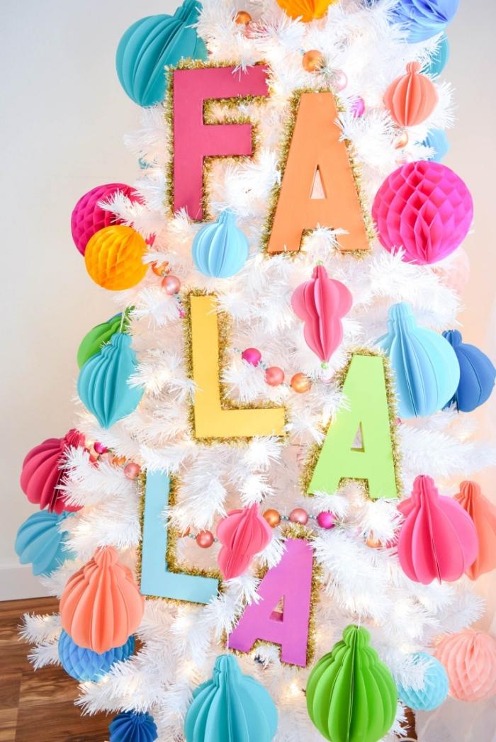 bastelideen mit papier, basteln sachen, weißer weihanchtsbaum dekorieren, christbaumschmuck buchstaben