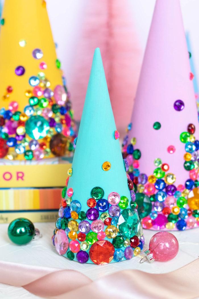 basteln mit papier zu weihnachten, partydeko selber machen, bunte strassteine