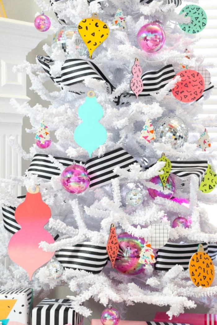 weißer weihanchtsbaum dekorieren, basteln weihnachten papier, christbaumschmuck in bunten farben