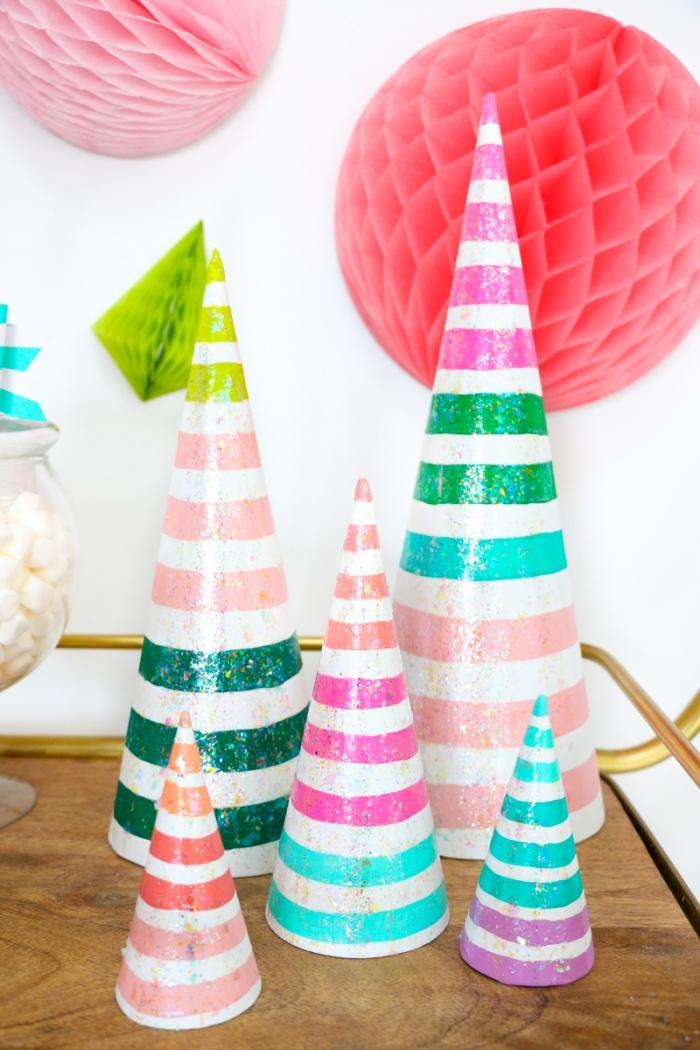 basteln weihnachten papier, partydeko ideen weihanchtsparty organisieren, papierbäume