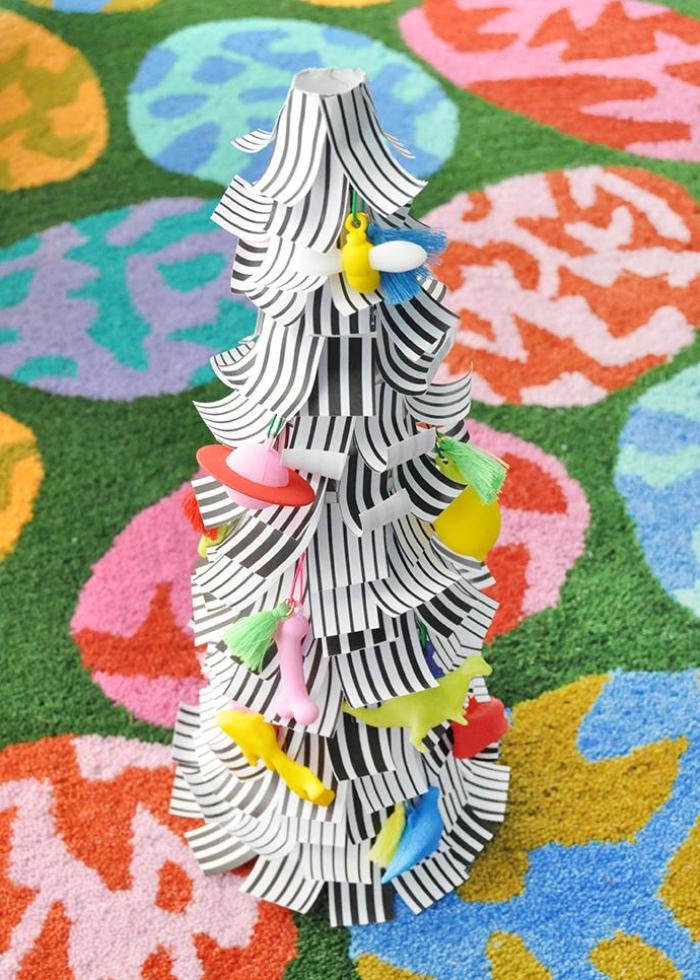 basteln weihnachten papier, kleiner weihanchtsbaum dekoriert mit bunten figuren, weihanchtsbasteln