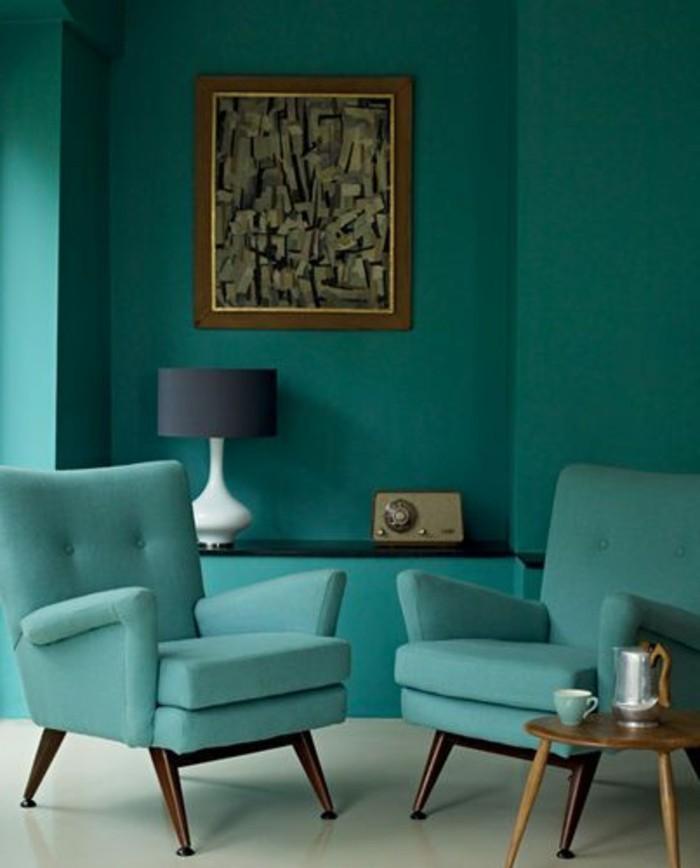 blaues-wohnzimmer-mit-retro-möbeln