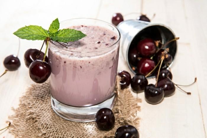 detox-entgiftung-smoothie-kirschen-glas