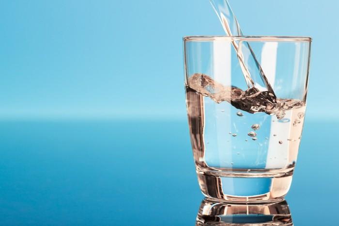 detox-entgiftung-glas-saft-orange-karotten-reines-trinkwasse