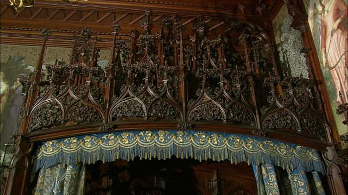 das-Schloss-Neuschwanstein-das-Schlafzimmer2-die-Holzschnitzerei