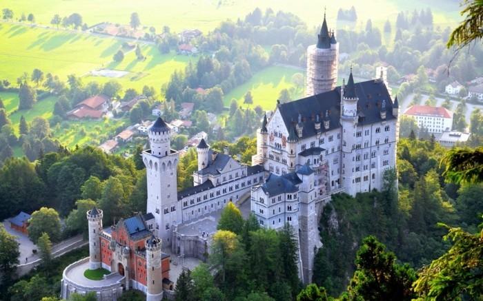 das-Schloss-Neuschwanstein-von-außen2