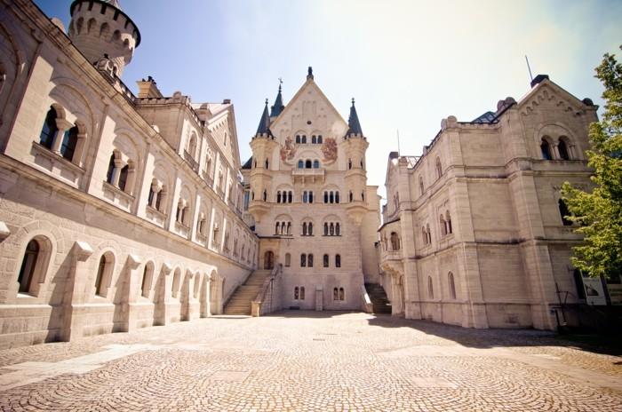 das-Schloss-Neuschwanstein-von-innen-unterer-Vorplatz