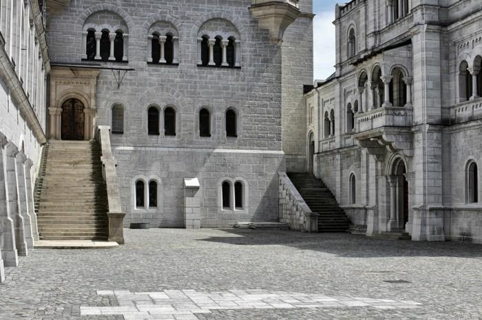 das-Schloss-Neuschwanstein-von-innen-unterer-Vorplatz1