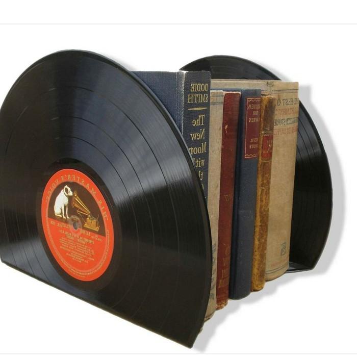 deko-aus-schallplatten-eine-buchstütze-aus-schallplatten