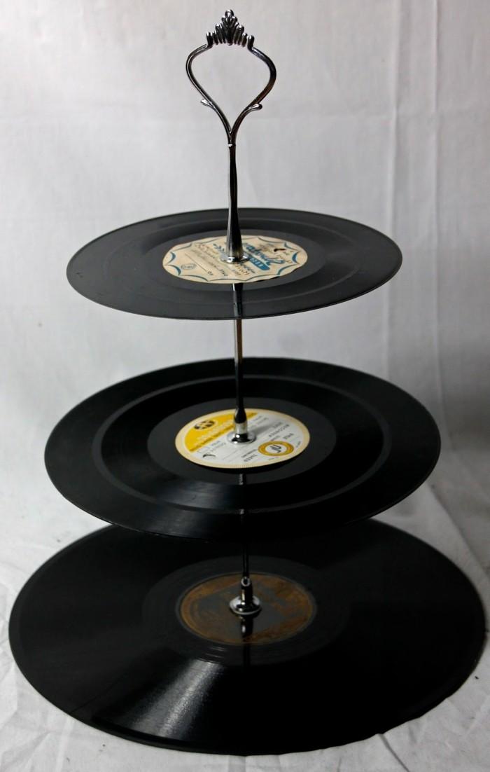 deko-aus-schallplatten-eine-moderne-etagere-aus-schallplatten