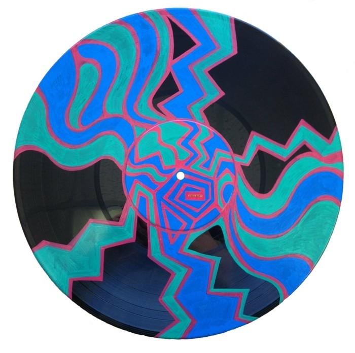 deko-aus-schallplatten-eine-schön-bemalte-schallplatte
