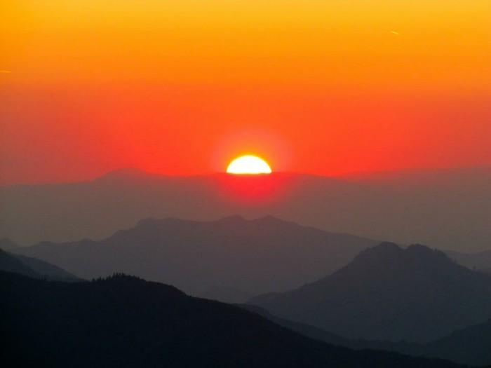 der-berg-ruft-eine-schöne-sonnenaufgang-in-dem-park