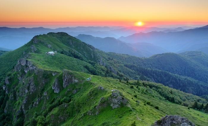 der-berg-ruft-eine-schöne-sonnenuntergang