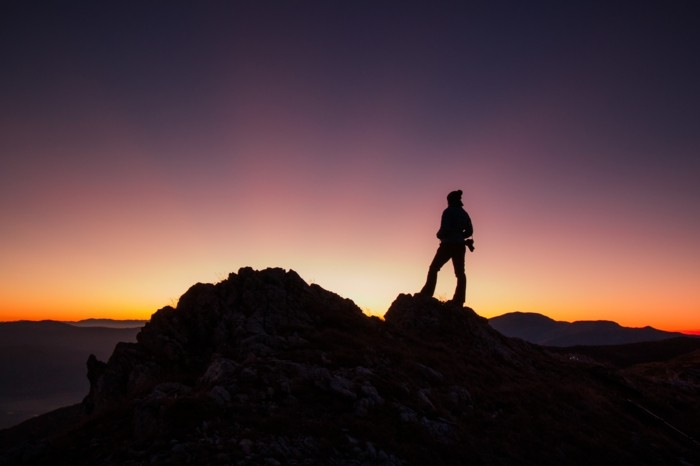 der-berg-ruft-inspirierende-sonnenuntergang-in-dem-balkan