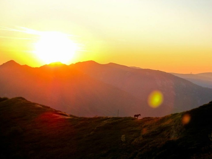 der-berg-ruft-schöne-sonnenausgang