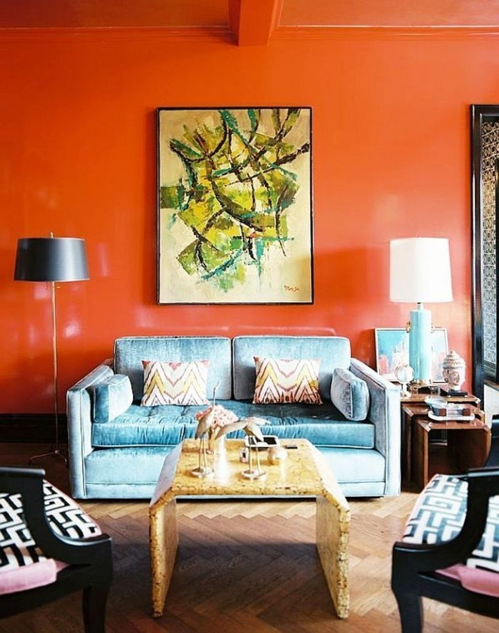 einmalige-wandfarben-ideen-blaues-sofa-wand-in-orange