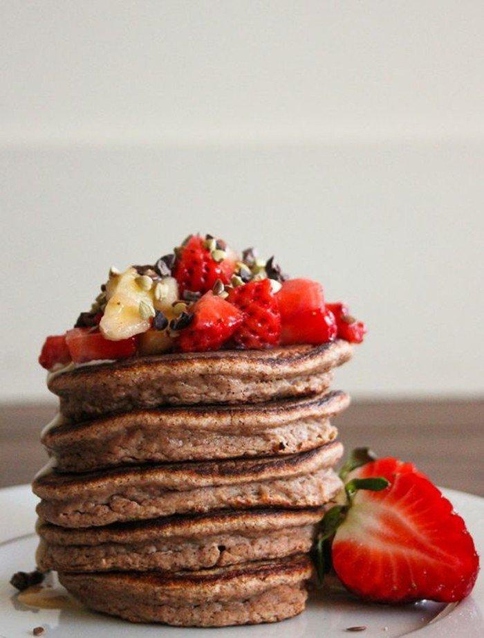 erdbeeren-pfannkuchen-mehrstöckig