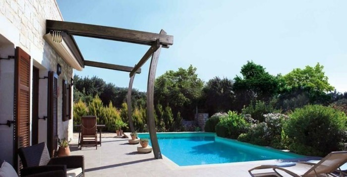 fantastische-außengestaltung-pergola-aus-holz-moderner-pool