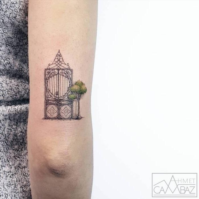 Farbiges Tattoo am Oberarm, Tor und grüner Baum, Arm Tattoos für Frauen