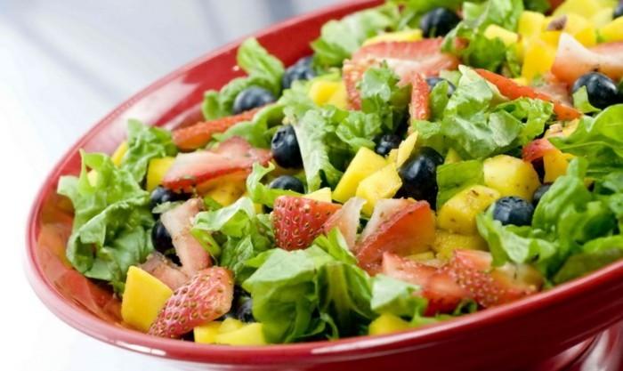detox-entgiftung-grüner-salat-erdbeere-blaubeere-nektarinen