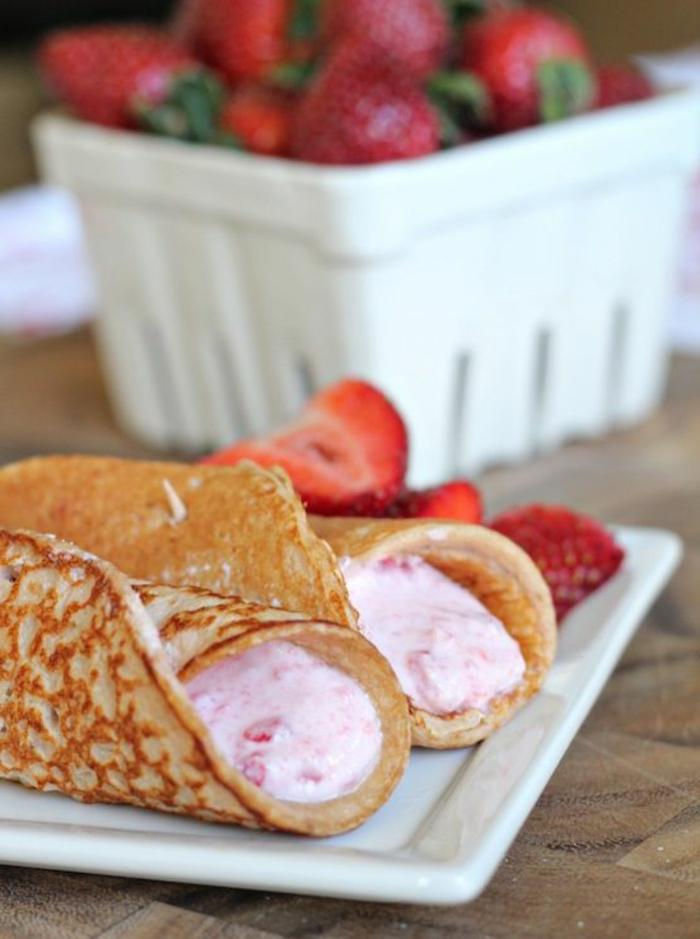 gefüllte-pfannkuchen-mit-joghurt-erdbeeren