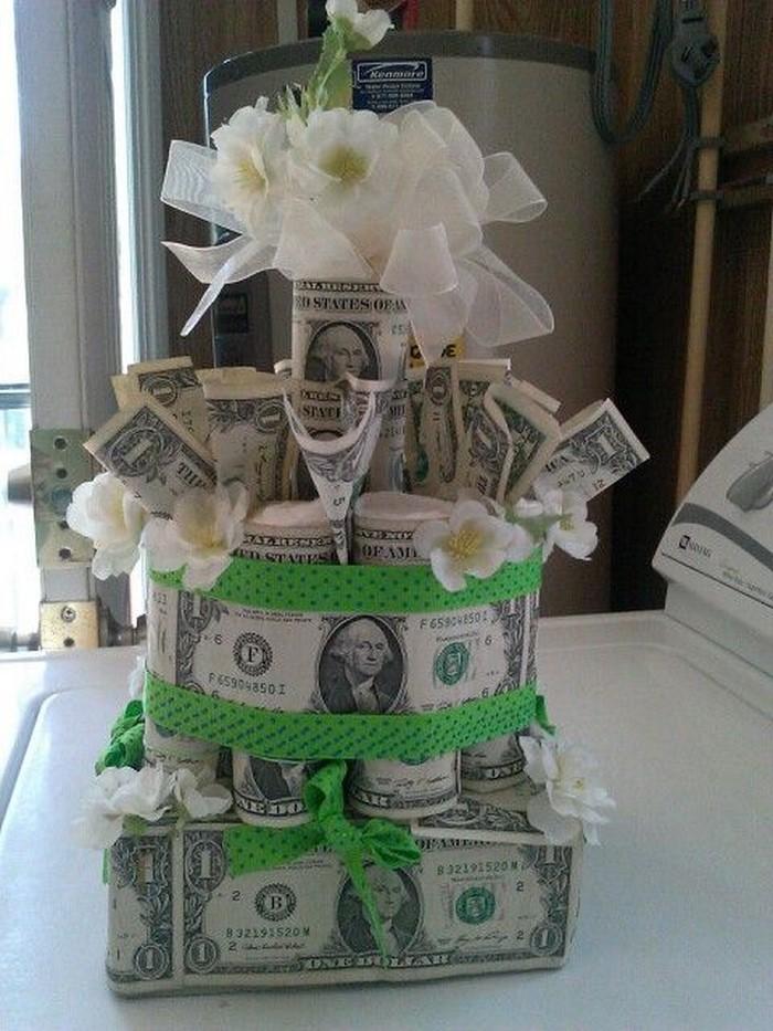 geldgeschenk-hochzeit-eine-Torte-aus-Geld-gemacht