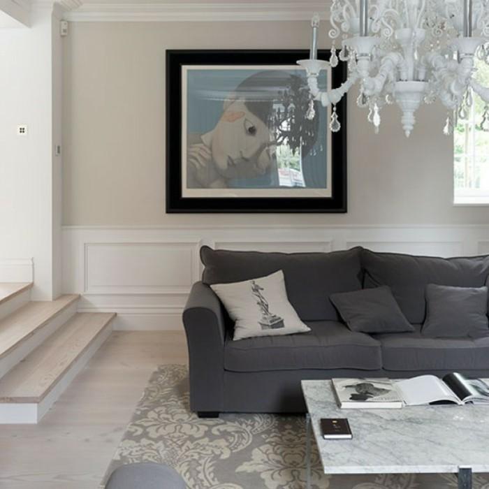 gemütliches-wohnzimmer-gestalten-wandbild-kronleuchter-sofa-teppich-grau-marmor-tisch