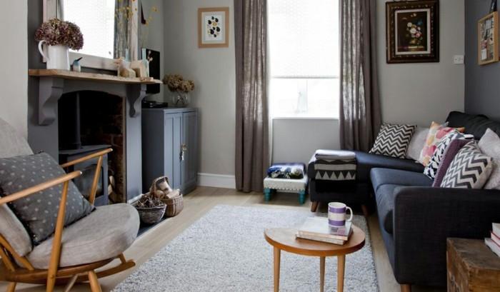 gemütliches-wohnzimmer-gestalten-dunkles-sofan-helle-kissen-teppich