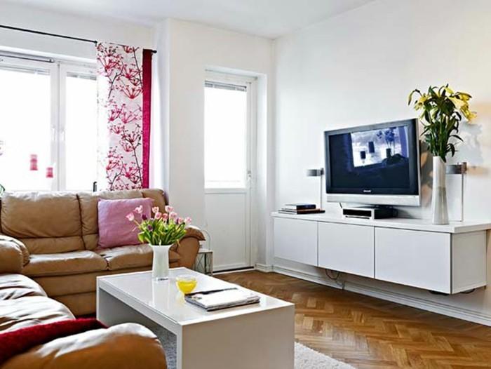 gemütliches-wohnzimmer-gestalten-gardinen-blumenmuster- weiße möbel-ledersofa