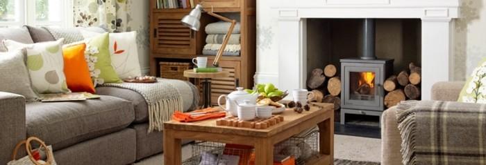 gemütliches-wohnzimmer-gestalten-kaminofen-sofa-in-grau-teeservice