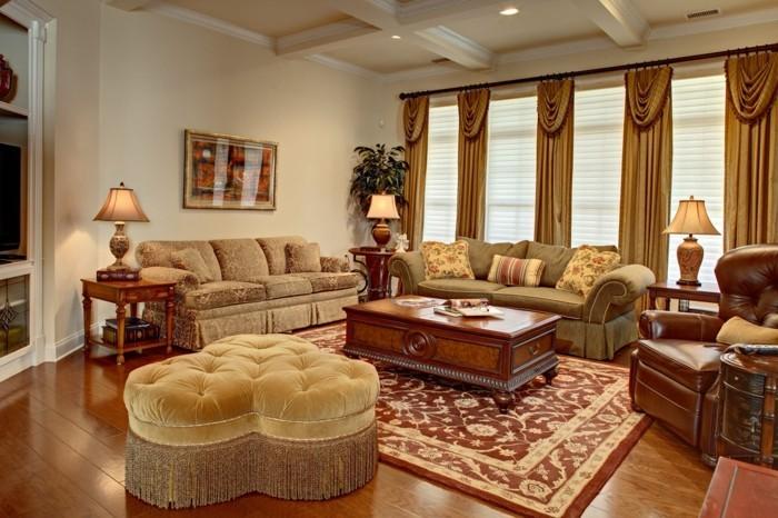 gemütliches-wohnzimmer-gestalten-klassisches-sofa-ledersessel-samthocker-gardinen-drapierung-stehlampen