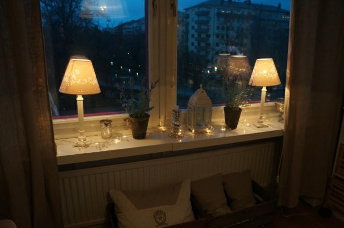 gemütliches-wohnzimmer-gestalten-lampen-am-fenster-nacht