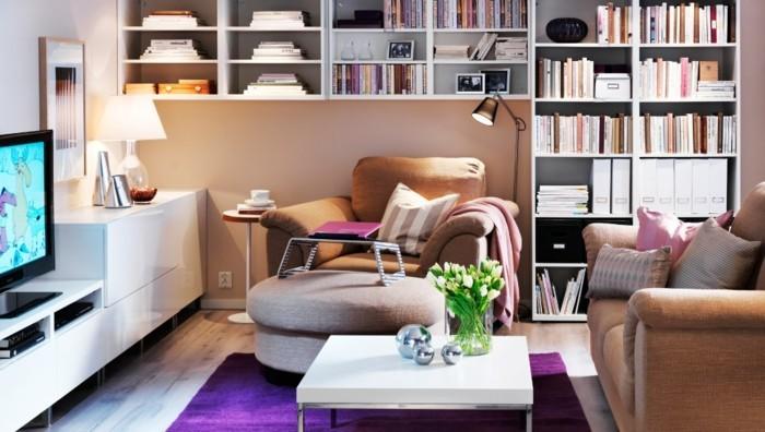 gemütliches-wohnzimmer-gestalten-bücherregale-lila-teppich-couchtisch-weiß