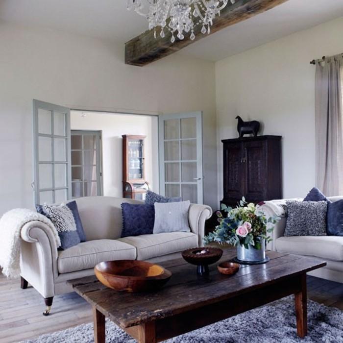 gemütliches-wohnzimmer-gestalten-sofa-alter-holztisch-tischleuchter-schale