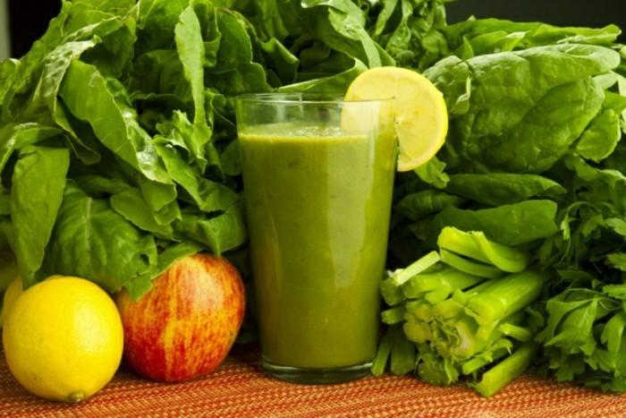 detox-entgiftung-glas-grünsmoothie-apfel-zitrone-spinat