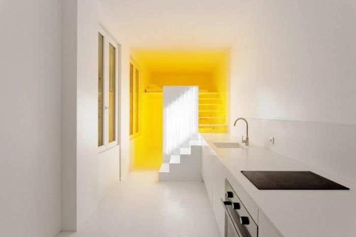 grelle-wandfarben-als-akzent-in-minimalistischer-wohnung