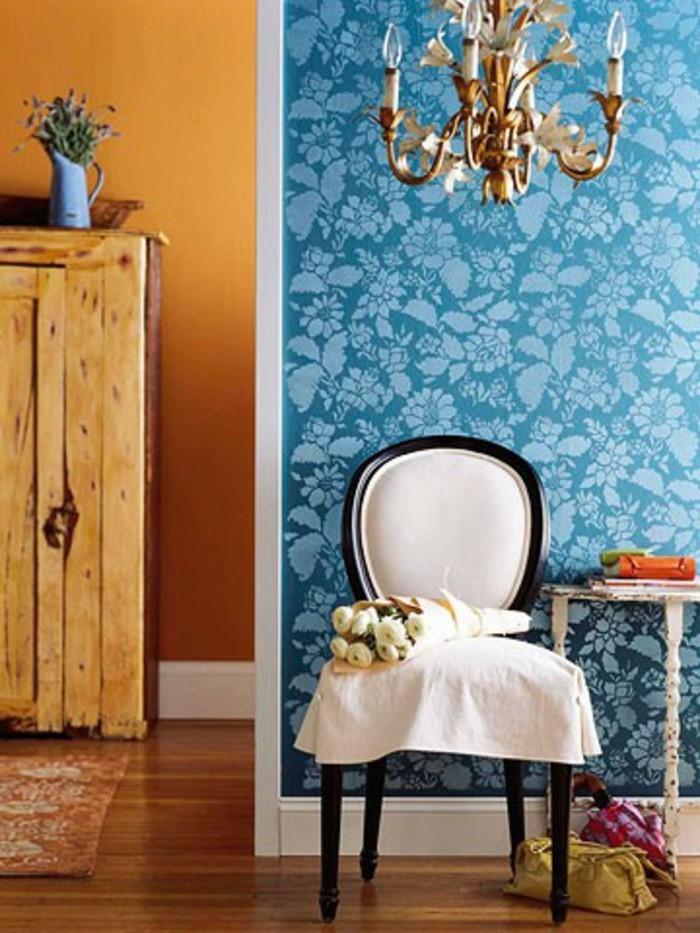 grelle-wandfarben-im-zimmer-blaue-tapete-als-akzent