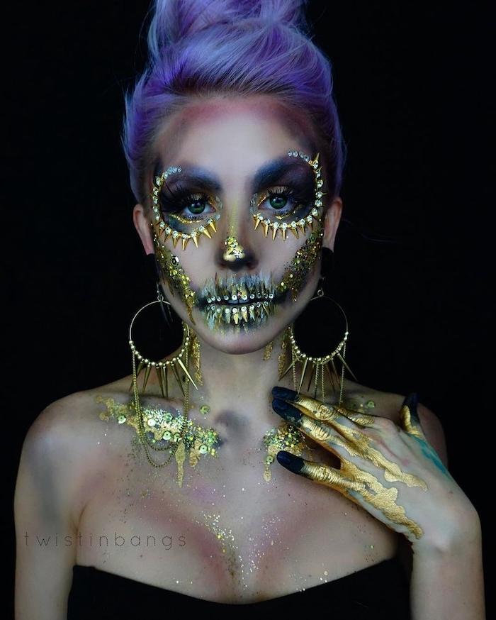 Halloween Make-up Ideen für Frauen, goldene Stacheln und Pailletten, blaue Haare