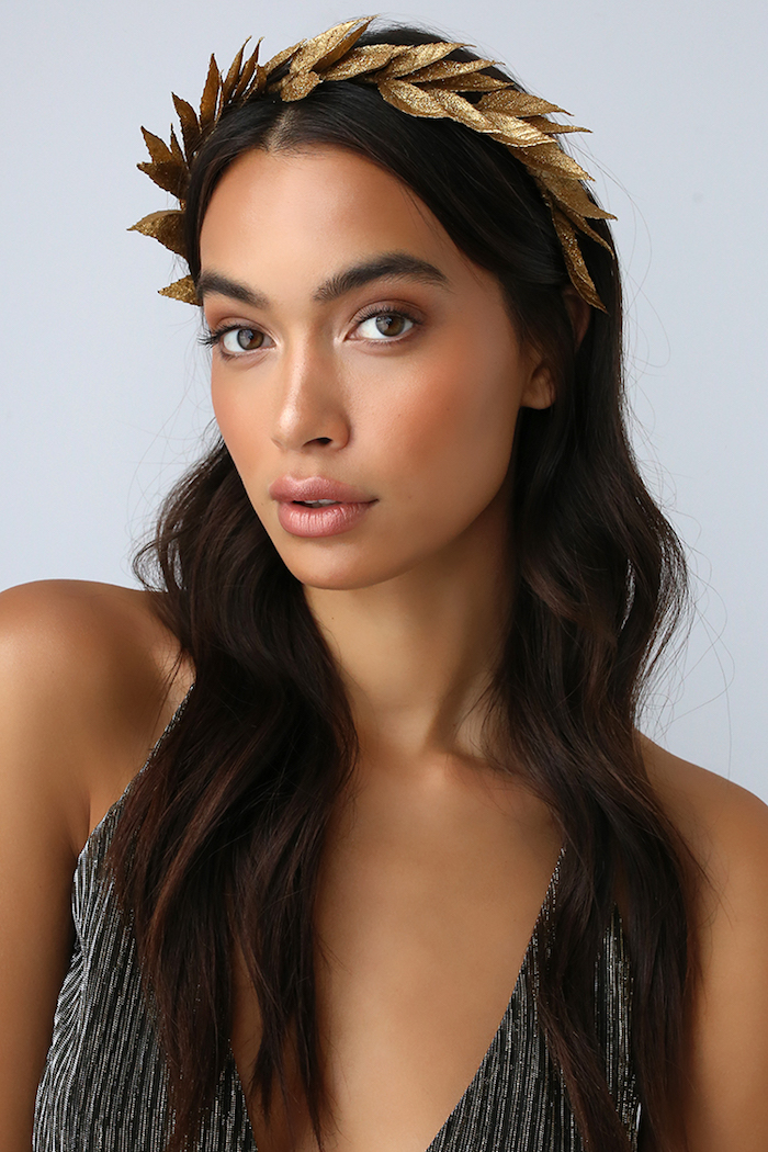 Sich als griechische Königin für Halloween verkleiden, goldener Lorbeerkranz, offene gewellte Haare