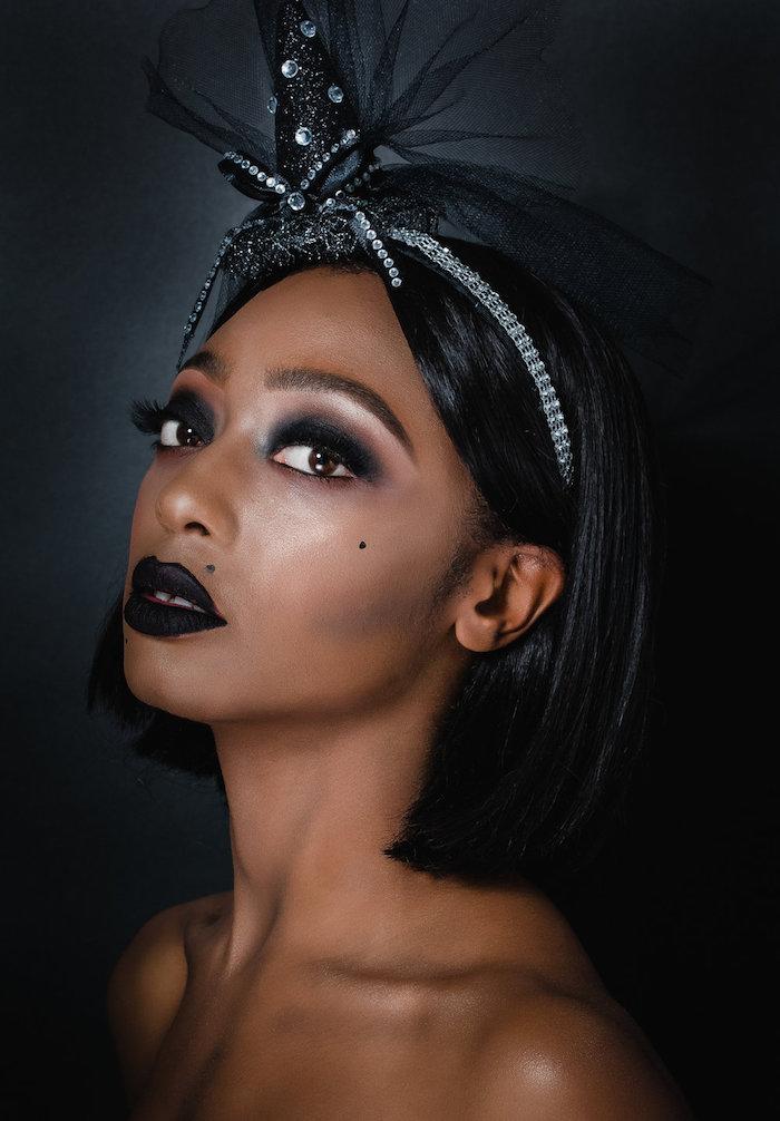 Hexe schminken für Halloween, schwarzer Lidschatten und Lippenstift, Diadem mit kleinem Hexenhut