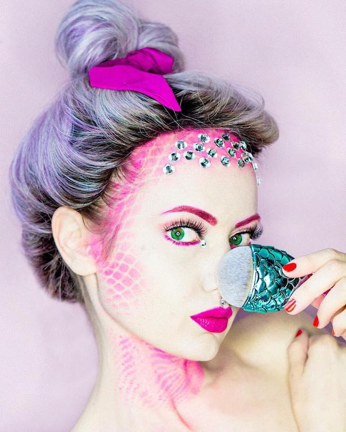 Meerjungfrau schminken, violetter Lippenstift und Lidschatten, lila Haare, Kristalle am Stirn