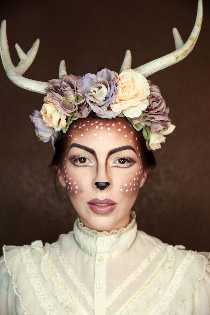 Hirsch Schminke zu Halloween, Blumenkranz und Hörner, weiße Punkte auf braunem Grund