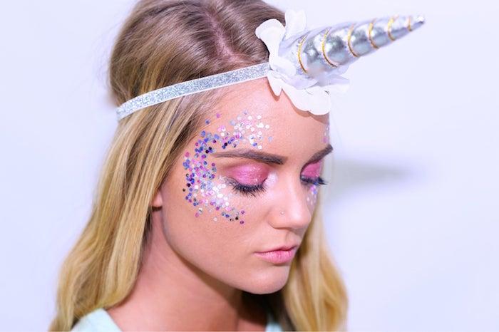 Einhorn schminken für Halloween, silberner Horn, rosa Lidschatten und lila Pailletten