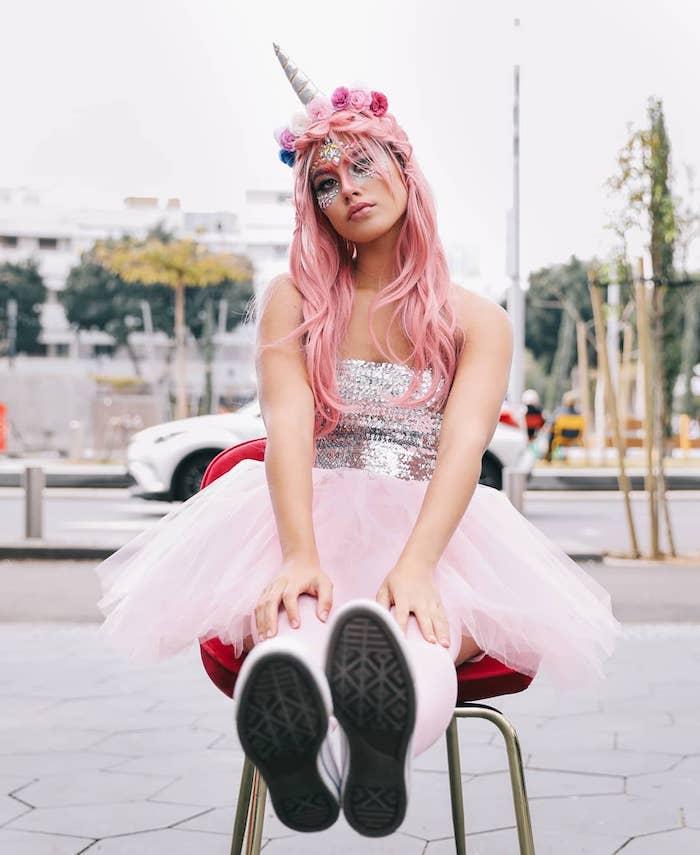 Einhorn schminken, rosa Haare mit Blumenkranz und silbernem Horn, Top mit Pailletten und weiter Rock