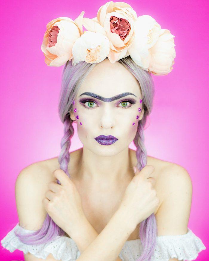 Frida Kahlo schminken, lila Lippenstift und Lidschatten, lila Kristallen, weiße Pfingstrosen auf dem Kopf, weiße schulterfreie Bluse