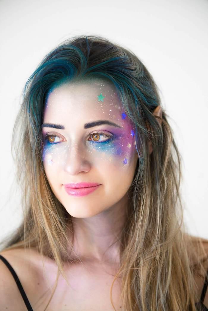 Galaxie Schminke zum Nachmachen, Make-up in Blau und Lila mit kleinen Sternen, blaue Haarwurzeln