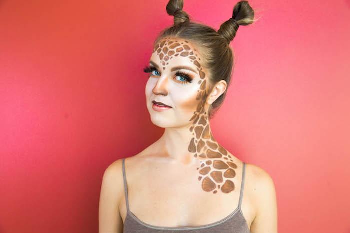 Giraffe schminken für Halloween, braune Flecke am Hals und Gesicht, Hörner aus Haaren