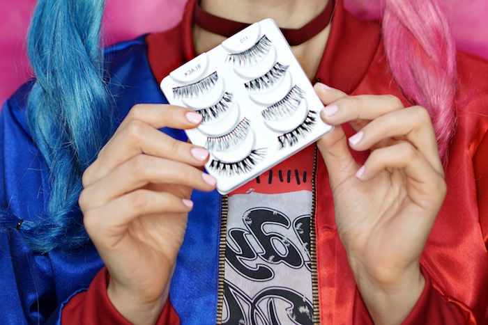Harley Quinn Make-up zum Nachmachen, künstliche Wimpern kleben