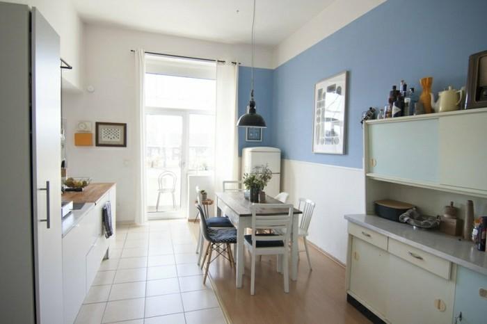 herrliche-ideen-für-küchendeko-zweifarbige-wandgestaltung-blumen-auf-dem-tisch