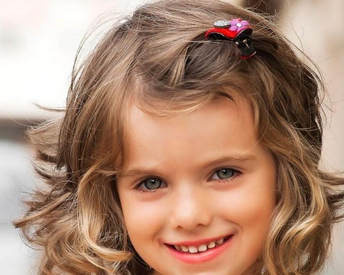 kinder-frisuren-еin-Kind-mit-lockigem-Haar